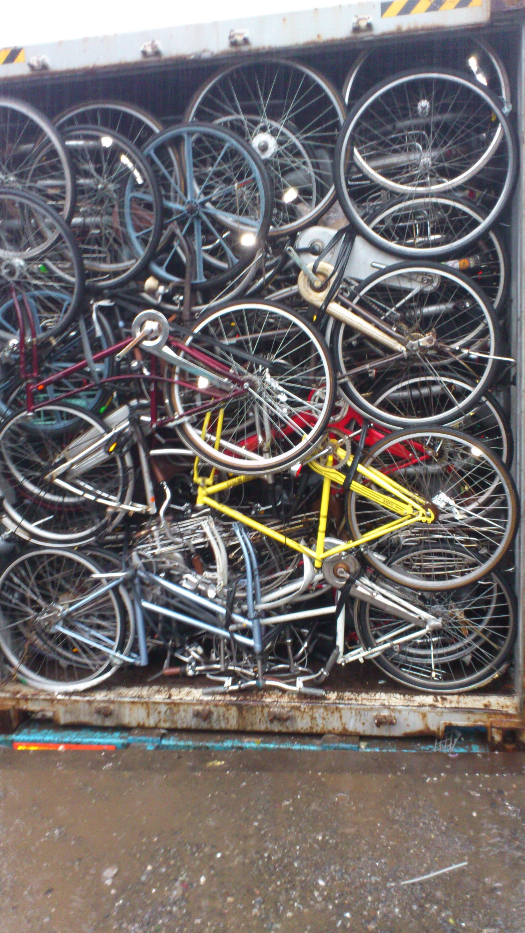 Loading Second hand Bicycles | Japan Used Bicycles Export